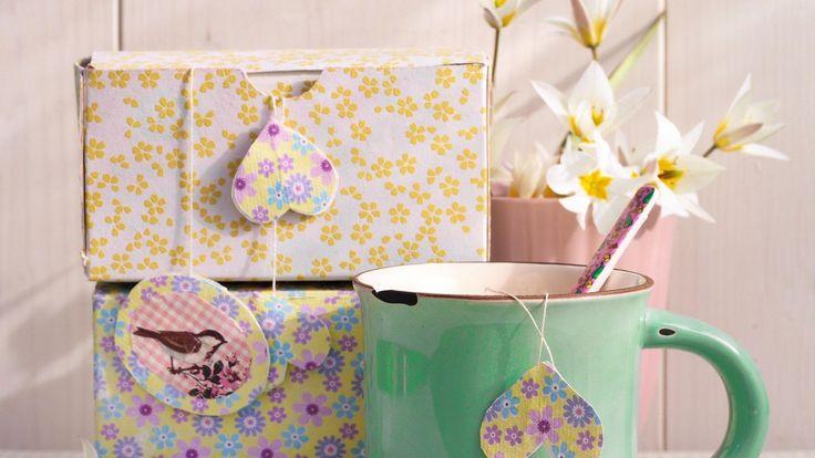 Anhänglich: Wer gerne bastelt, kann auch kleine Papierbriefchen für die Teebeutel selber gestalten. Die verspielten Etiketten können nach Gebrauch, mit einem hübschen Stoffband versehen, als Lesezeichen eingesetzt werden.