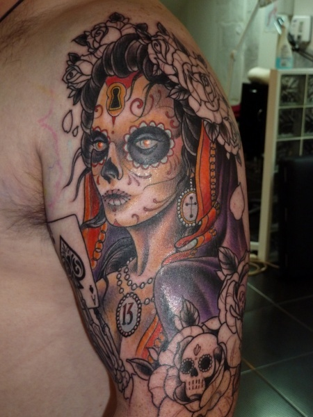 The sleeve so far, 8 hours in one sitting. More skulls, roses, a lantern and a clockwork owl to come.