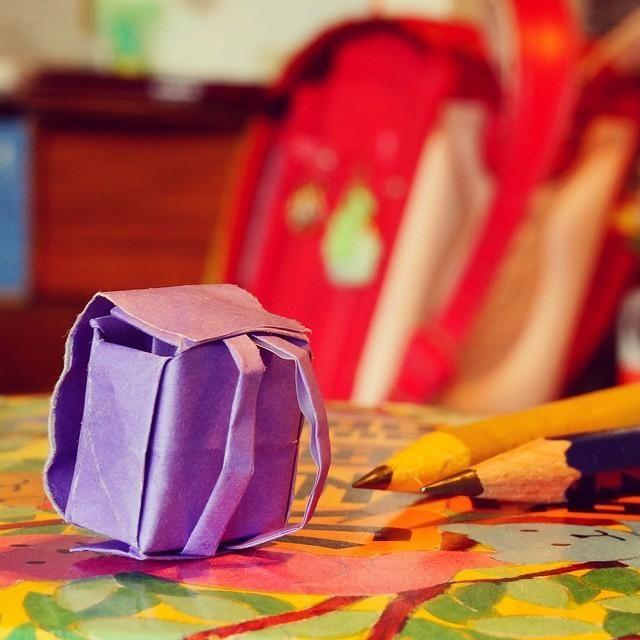 子供の小学校の新入学が近づいてきましたね♪入学準備に向けて、お部屋の中を盛り上げる小さなランドセルを折り紙で作ってみませんか?玄関先やお部屋の中にチョコンと飾れる、とっても可愛い小物になりますよ。ちゃんとフタも開けられるので、中に小物を入れることができます♪ガーランドにしたり、人形やぬいぐるみに背負わせて、入学式前のおうちの飾りに活用しましょう♪ランドセルの立体折り紙の折り方をご紹介します!