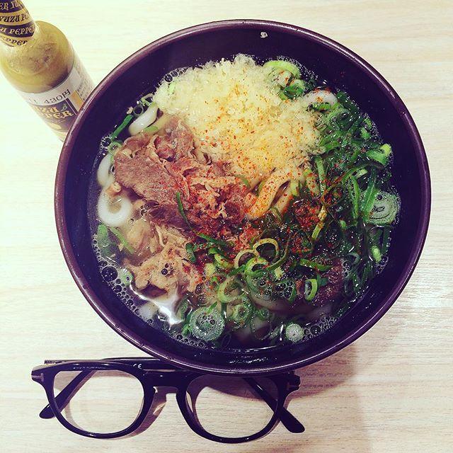 今日のランチは、立ち食いうどん恵寿多の『肉うどん』‼️‼️ 優しいお出汁に『ゆずペッパー』を入れる事でパンチあるお味に‼️‼️ うどんに合う薬味は、一味や七味だけじゃない‼️‼️ #ランチ #lunch #麺 #麺類 #グルメ #food #うどん #udon #肉 #肉うどん #福岡県 #福岡 #fukuoka #博多 #hakata #博多駅 #九州新幹線 #立ち食い #眼鏡 #eyewear #サングラス #sunglasses #トムフォード #tomford #italy #madeinitaly #instagood