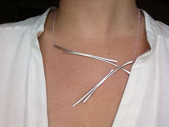 Silber Halskette-Anweisung mit unglaublichen dominierenden modernen Look. Einzigartige und schmeichelhaft handgearbeiteten Halskette - passen jede Nacht, die Sie fühlen, feminin und elegant möchten. Kannst du mit den Winkeln, jede Option würde Ihnen einen atemberaubenden Blick.  Dies würde ein perfektes Geschenk für beste Freunde, Mutter, Freundin oder selbst machen.  ♥♥♥  die ganze Kette hergestellt aus Sterlingsilber 925. Die Länge der Halskette ist 47 cm (18,33 in). Anhänger ungefähre…