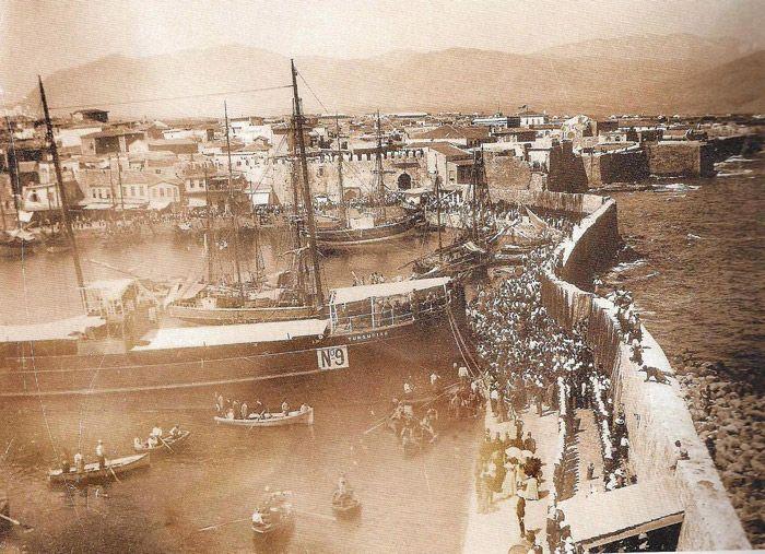 Μια φωτογραφία του 1902 από τον Τζερόλα.Δυνάμεις του στρατού από Αγγλία,Ρωσία και Γαλλία στο ενετικό λιμάνι του Κούλε,στο Ηράκλειο.