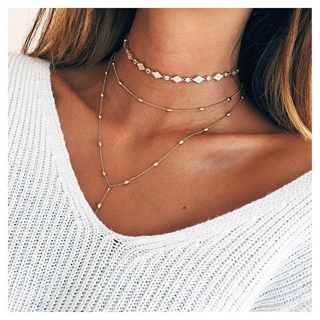 Combinação perfeita: chocker e colares delicados! ❤️