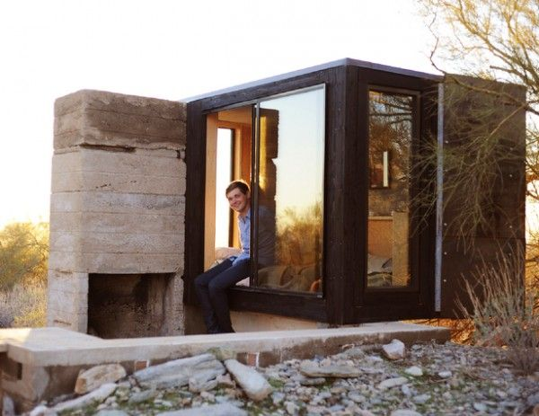 modern micro house in the desert 01 600x463 modern micro cabin in the desert worlds