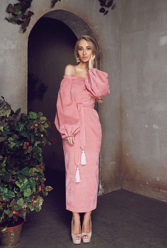Платье розового цвета с открытыми плечами. Невероятной красоты платье из замши розового цвета с открытыми плечами. Платье перехвачено на талии поясом с шелковыми кистями.