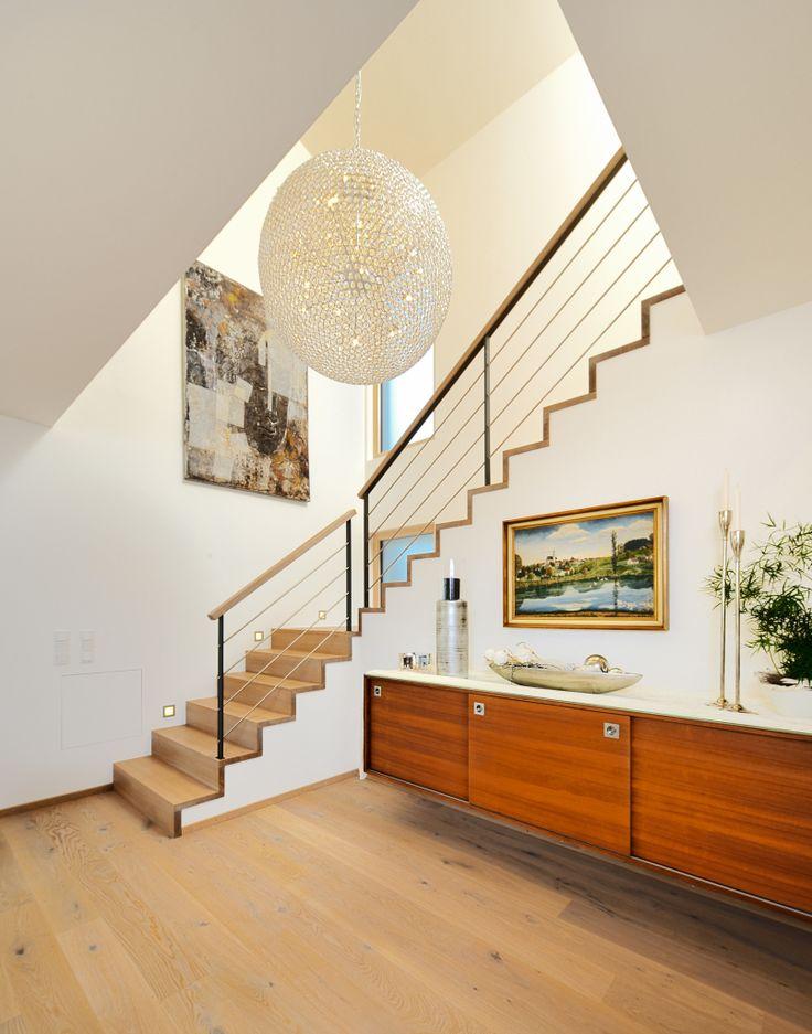Edles Treppenhaus mit Hängeschrank aus Holz