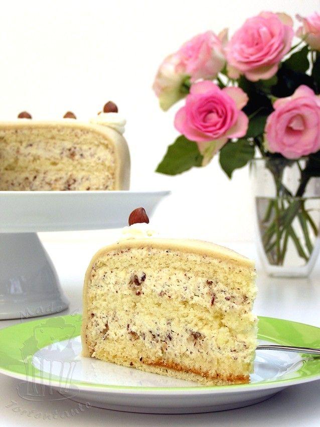 Klassische Nuss-Sahne-Torte mit Marzipandecke