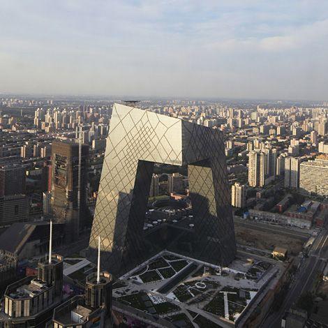 Une boucle destinée à accueillir l'ensemble des activités audiovisuelles, studios tv, services de diffusion et de production et des bureaux de CCTV Pékin sur approximativement 473 000 m². D'une plateforme commune, s'élèvent deux tours respectivement de 54 et et 44 étages, inclinées l'une vers l'autre  et qui se rejoignent perpendiculairement par un encorbellement de 75m.: Building, Skyscraper, Iwan Baan, Beijing China, Rem Koolhaas, Architecture, Their
