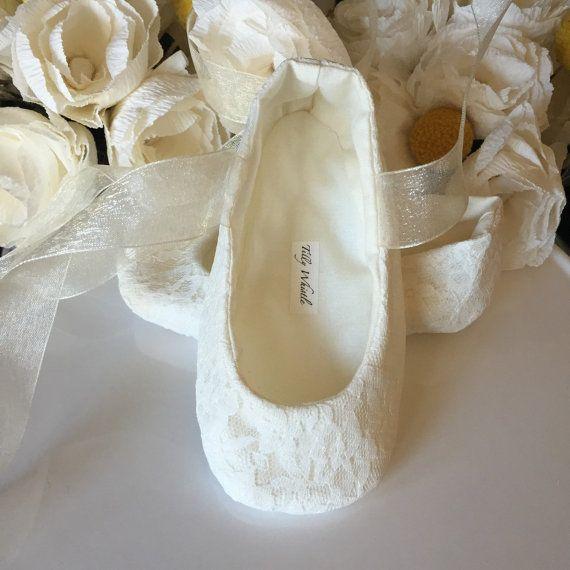 Ivoor of witte Lace Ballet Slippers  bloemenmeisje door TillyWhistle
