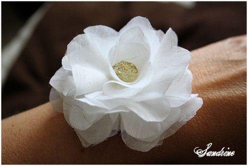 L'autre jour, je me suis amusée avec du tissu, et j'ai fabriqué une jolie fleur, que l'on peut transformer en broche, en chouchou sur un élastique, ou en bracelet. Attention, je n'ai rien inventé, vous pourrez trouver tout un tas de tutos sur Youtube...