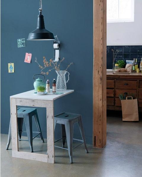 le bleu du mur, des tabouret vintage, la lampe assortie. ça appelle au petit dej.