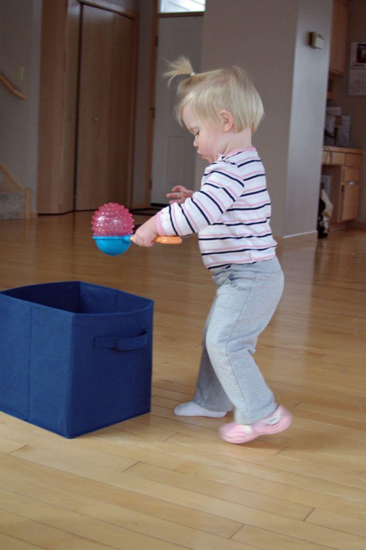 #Balancieren üben: Mit einem Ball auf einer Kelle von einer Box zur anderen laufen, ohne den Ball zu verlieren :) #Kindergarten #Spiele #Kiga #Kita