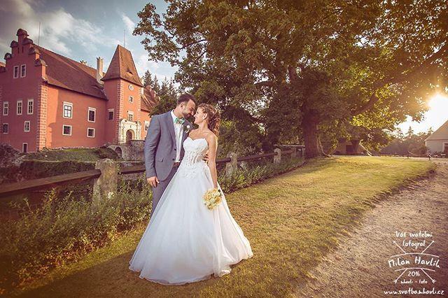 Musím Vám ještě za tepla ukázat fotku ze včerejší svatby na Červené Lhotě... Jsem moc rád, že si Jája a Dan nakonec vybrali variantu focení až do večera, protože v poledne takováto fotka prostě nevznikne! Byl to super svatební den a já jsem rád, že jsem si letos mohl taky zafotit na Lhotě. #svatba #wedding #svatebnifoto #weddingphoto #svatebnifotograf #weddingphotographer #czechwedding #czechphotographer #czechweddingphotographer #nevesta #zenich #zapadslunce #cervenalhota #zamekcervenalhota…