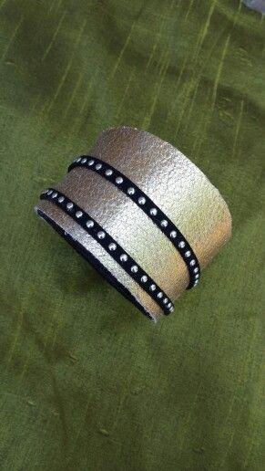 brazalete de cuero y tachas