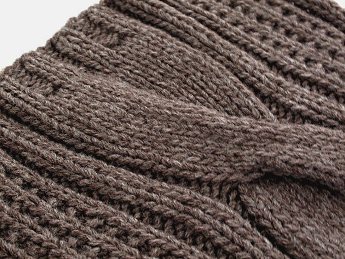 hand knitted scarf with cable pattern handgestrickter Schal mit Zopfmuster