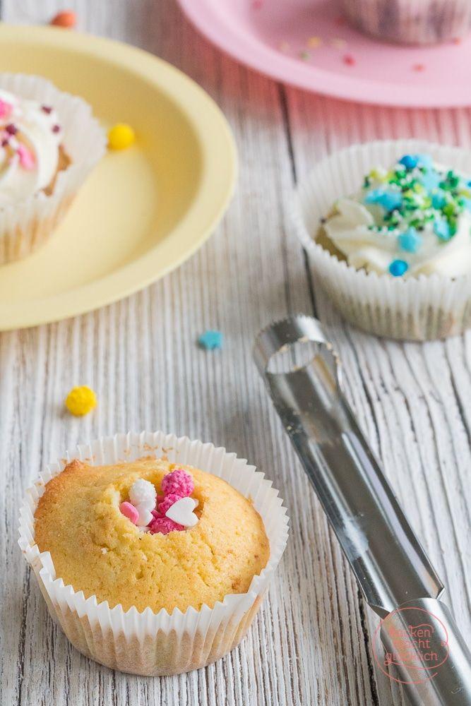 Pinata-Muffins Rezept: Kunterbunte Cupcakes mit einer Füllung aus Süßigkeiten - der Hit für jeden (Kinder-)Geburtstag! Als Topping eignet sich Schlagsahne, aber auch andere Frostings.