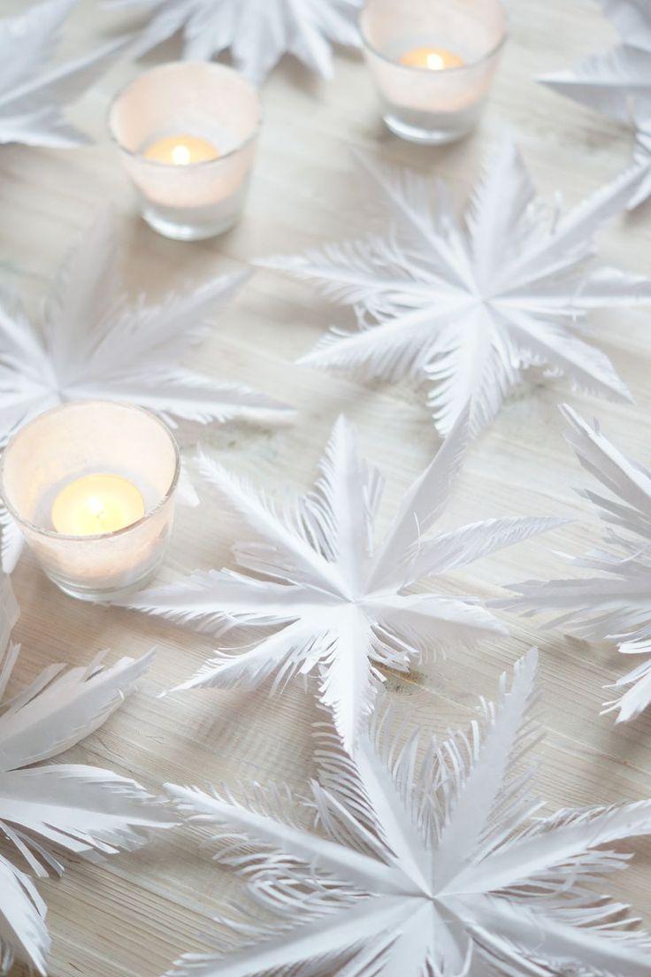 """Erilaisia lumikiteitä paperista on askarreltu lapsena vaikka kuinka, mutta tämä """"sulan"""" mallinen lumikide on mielestäni yksi kauneimmista. Vaihekuvat paperisesta lumikiteestä löytää tuosta ylemmästä kuvasta klikkaamalla. Lapset tekivät myös perinteisiä lumikiteitä paperista. Näiden askartelu on helppoa, sillä materialiksi riittää tavallinen valkoinen kopiopaperi ja sakset. Terävät sakset on tässä askartelussa avuksi."""