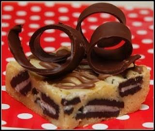 WHITE CHOCOLATE BROWNIES WITH OREOS & HANDMADE CHOCOLATE CURLS!Chocolates Curls, Oreo Brownies, Cookies Xoxo, White Chocolate Brownies, Yum Once Curls, Brownies Stuffed, Handmade Chocolates, Cookiesxoxo, White Chocolates Brownies