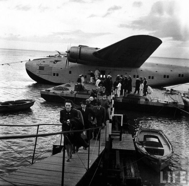 Desembarque de passageiros de um Pan American Clipper no rio Tejo em Lisboa. Voo proveniente de Nova Iorque