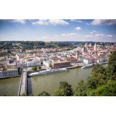 Blick von der Veste Oberhaus auf die Altstadt, Brücke über der Donau, Passau, Fotograf: C. Körte, #Merian, #Passau, #Fototapete #Wandgestaltung
