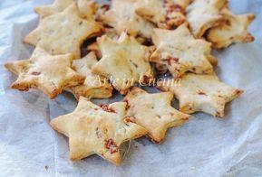 Stelline salate speck e parmigiano, biscotti per aperitivo, stuzzichini veloci, ricetta facile per feste, Natale, Capodanno, salatini a forma di stella