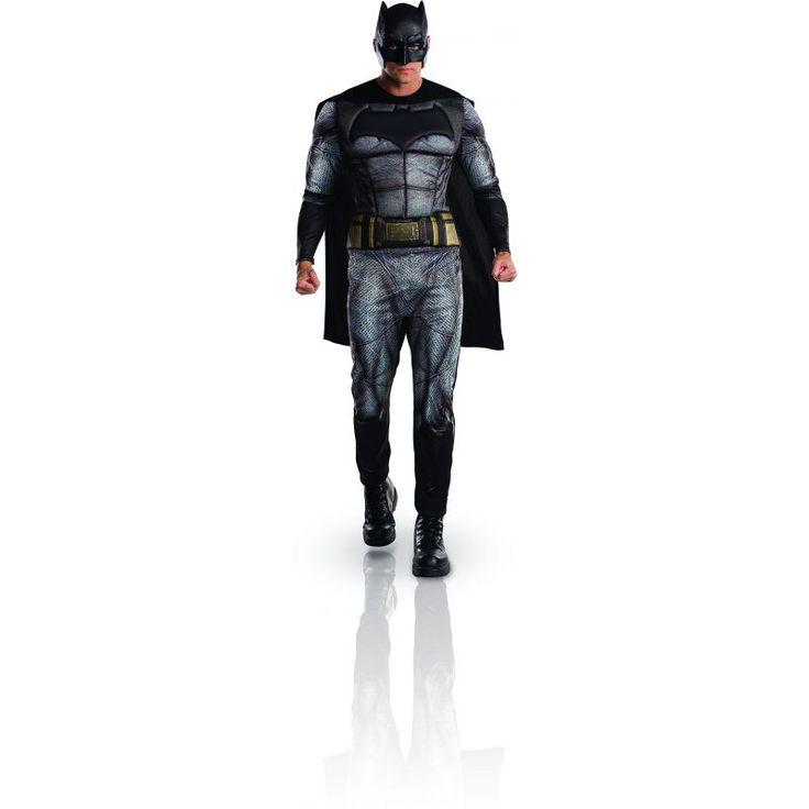Ce déguisement de Batman™ pour adulte est sous licence officiel Batman vs Superman™. Il se compose d'une combinaison, d'une cape et d'un demi-masque (chaussures non incluses). Disponible en taille standard ou XL. La combinaison grise est imprimée de la te
