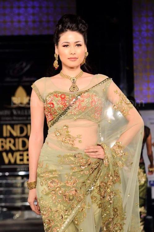 Gorgeous GOld saree #saree #sari #blouse #indian #hp #outfit #shaadi #bridal #fashion #style #desi #designer #wedding #gorgeous #beautiful
