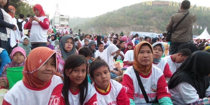 #HUTTNI #Jokowi Puncak peringatan HUT ke-70 TNI di Dermaga Indah Kiat Cilegon, Banten, Senin (5/10/2015), menjadi pusat perhatian masyarakat. Meski acara baru dimulai pukul 09.000 WIB, ribuan warga yang sebagian besar berasal dari sekitar Cilegon sudah berdatangan sejak subuh tadi. Salah satunya, Subihat (42), yang bersama suami dan dua anaknya sudah datang ke lokasi HUT TNI sejak pukul 03.00 dini hari. Perjalanan dari rumahnya di Kecamatan Citan