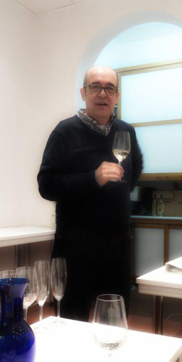 Fernando Gurrucharri, director de la UEC y responsable de la instrucción Iniciación a la Cata de Vinos del bloque de análisis sensorial del curso Periodismo Gastronómico y Nutricional UCM. Imagen Nuria Blanco @nuriblan, @UCMgastro.  29.03.2014