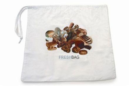 Freshbag Runda bröd  Det är en påse av ekologisk bomull med ett foder av perforerad plast. Stoppar man ett nybakat bröd i den och helst hänger upp påsen bevaras brödet fräscht flera dygn längre än normalt. 45 x 40 cm Rek. butikspris: 149.00 SEK
