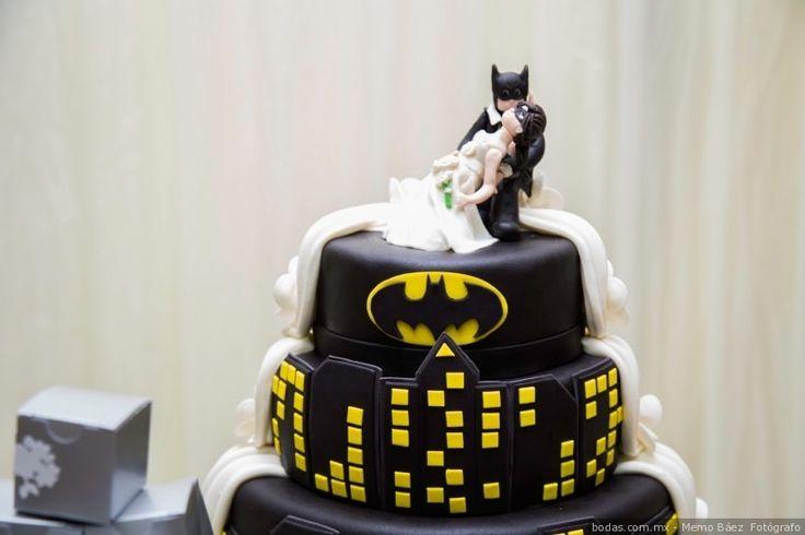 Pastel de bodas temático de Batman  Bodas.com.mx  Memo Báez  Fotógrafo  #wedding #weddingcake #bodas