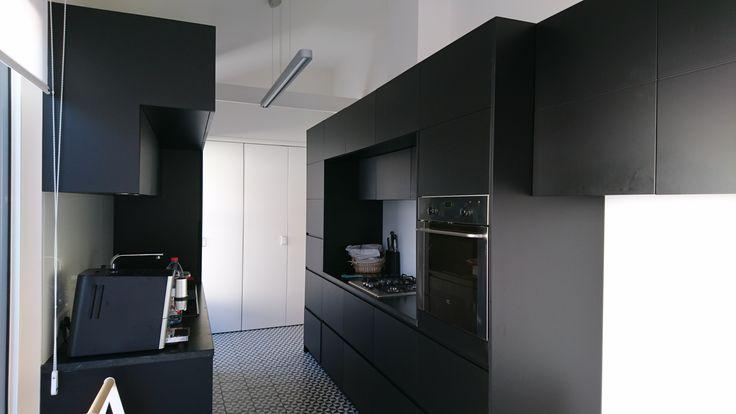 Fabrication et pose d'une cuisine aménagée, en stratifié et laquage noir mat