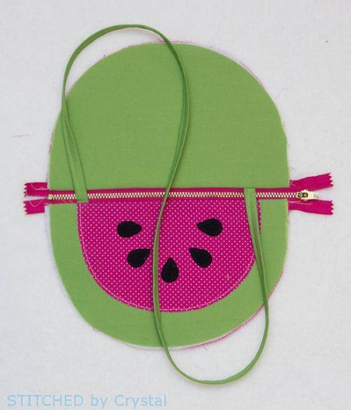 Você pode fazer uma simpática e divertida bolsa em formato de frutas para a sua…