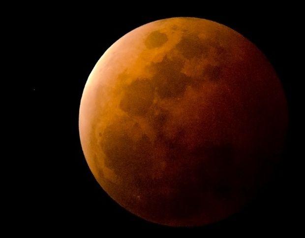 Blood moon over Townsville by Scott Weaver