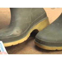 low cost repair kit which will fix leaks in rubber Wellington gumboots, waders and trainers, and repair worn soles, split stitching and damage in soles and uppers. Keep you feet dry and keep your favourite shoes going for another year or two. Use this on Le Chameau, Aigle, Hunter, Barbour and most other types of rubber boots, rain boots and Wellies.