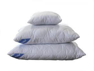 Poduszka Soft 70*80 wykonana z białej tkaniny typu mikrofibra, przepikowanej wraz z włókniną termozgrzewaną oraz wypełniona kulkami silikonowymi.