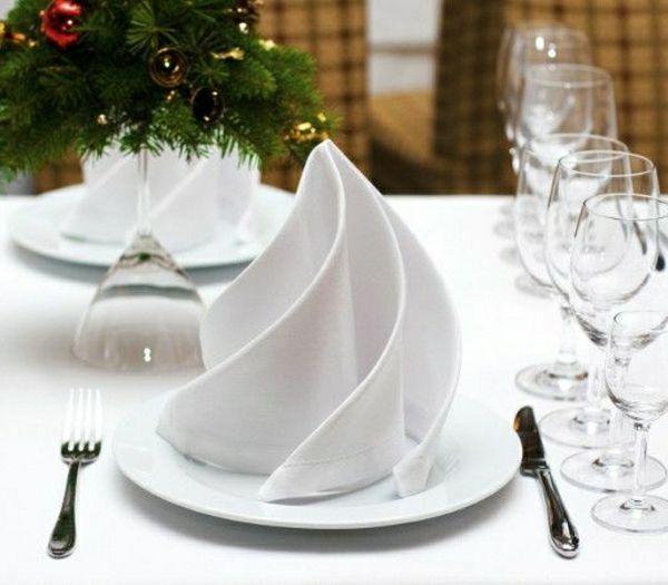 pliage-de-serviette-en-tissu-blanc-originale-variante-pour-pliage-de-serviette