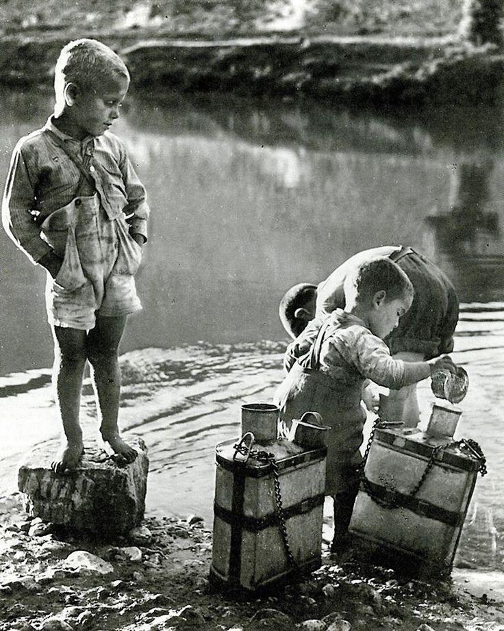 Παιδιά γεμίζουν δοχεία με νερό από τον Πηνειό. Γούνιτσα Λαρίσης, 1958