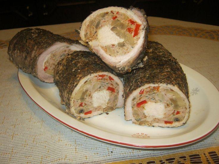 Mięso może być podawane na gorąco oraz na zimno do kanapek. Z tego przepisu wychodzą dwie faszerowane rolady. 1 kg schabu Farsz; 0,5 kg chudego mięsa mielonego 2 łyżki posiekanej natki pietr...