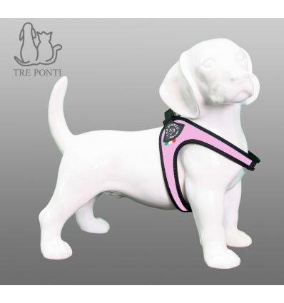 Tre Ponti Fibbia Hondentuig Roze - Tre Ponti Fibbia hondentuigen zijn geschikt voor zeer kleine tot kleine honden. De Fibbia hondentuigen zijn ontwikkeld voor zeer kleine tot kleine hondenrassen. Deze hondvriendelijke tuigjes kantelen niet en geven nergens negatieve druk. De doordachte pasvorm zorgt voor een uitzonderlijk draagcomfort, waarin elke hond zich prettig zal voelen.