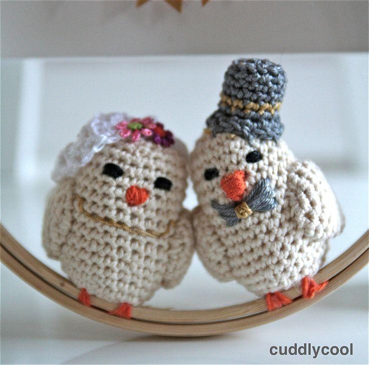 Love birds gehaakt door Cuddly Cool. Het gratis haakpatroon om dit vogeltjes bruidspaar te maken vind je op haar blog. Erg leuk cadeautje om te maken!