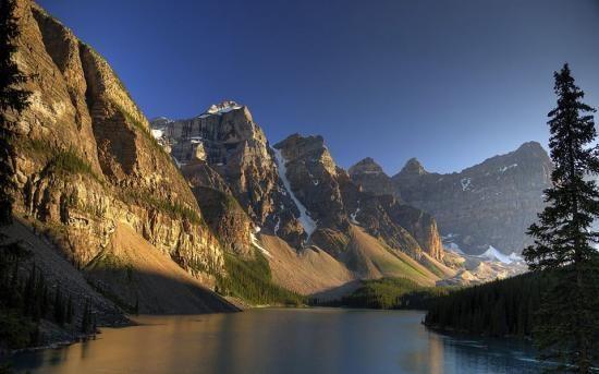 Le lac Moraine, Alberta - Canada - Reine Malouin La vraie liberté réside dans la faculté de choisir ses propres contraintes. La vera libertà consiste nella facoltà di scegliere i propri vincoli.