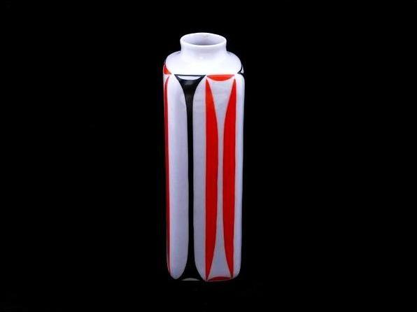 Hasáb váza - 01  Porcelán, máz feletti festéssel   Készült: 1960-as évek eleje  Mérete: 7 x 7 cm, 21 cm magas  Zsolnay gyár, pajzspecsét  http://innogaleria.hu/termekek/keramia/torok_janos/hasab_vaza.html