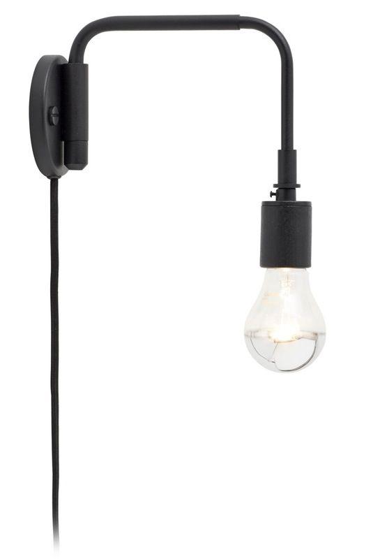 """""""Vores sofahjørne er lidt mørkt, derfor drømmer jeg om denne enkle lampe.""""  Væglampe, 'Stable', h 34 cm, 1.400 kr., Menu."""