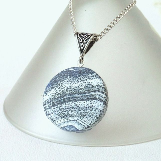 Blue and white antique agate round pendant necklace £12.00