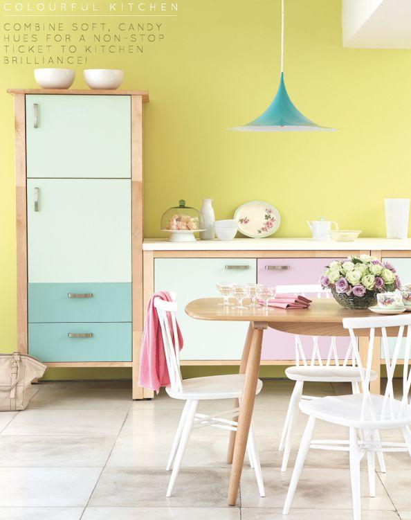 Cozinha colorida e romântica e mais uma vez a luminária decorando o ambiente.