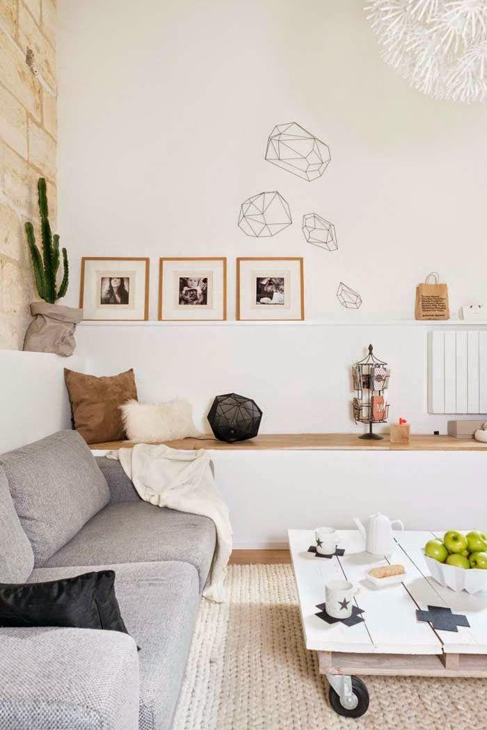 Ein flacher Wohnzimmertisch gebaut aus Europaletten #Wohnzimmertisch #Wanddekoration #Couch >> Valkoista, modernia ja rustiikkia