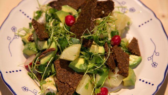 Salade met gepocheerde peren en roggebrood - De Makkelijke Maaltijd | 24Kitchen