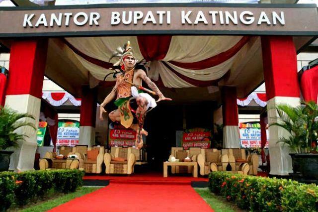 Katingan adalah nama salah satu Daerah Aliran Sungai (DAS) yang terdapat di propinsi Kalimantan Tengah yang membentang dari Utara ke Selatan yang bersumber dari pegunungan Muller Swaner dan bermuara di laut Jawa dengan panjang sekitar 650 Km, yang dalam perkembangannya dijadikan nama Kabupaten Katingan.