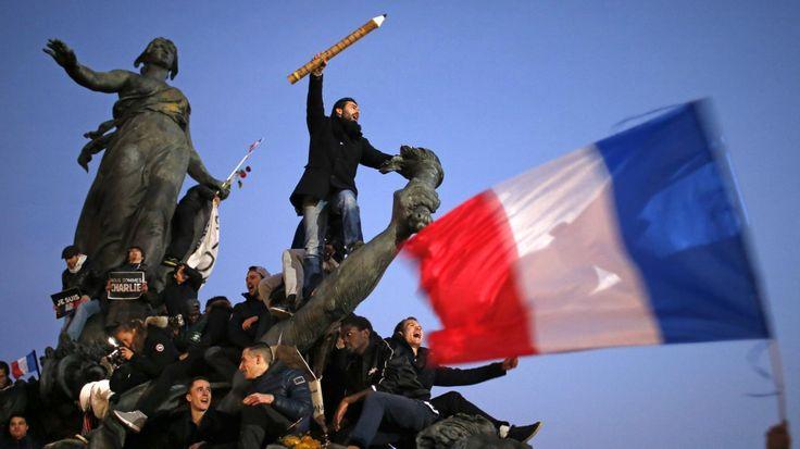 De nombreux internautes diffusent un cliché réalisé dimanche, place de la Nation, à Paris, à l'occasion de la marche républicaine. Le héros de la photo et son auteur raconte à francetv info les coulisses de la prise de vue.